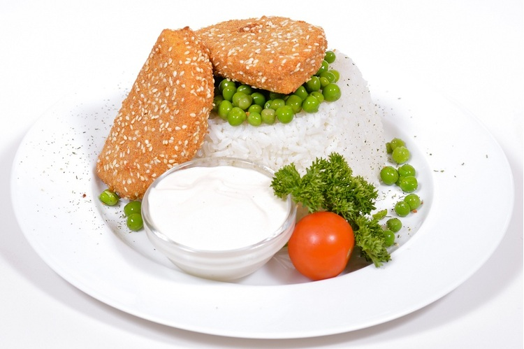 Szezámos panírban sült Maasdamer sajt, zöldborsós jázmin rizzsel, erdei gyümölcs dzsemmel