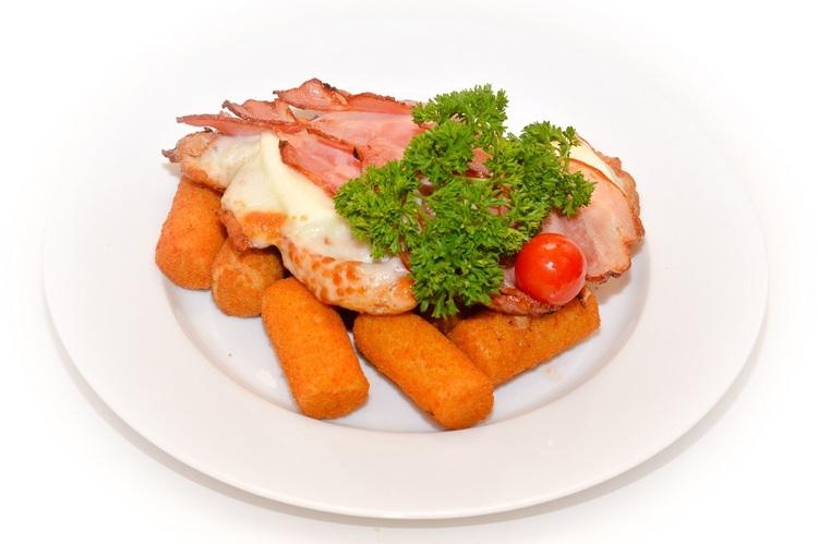 Kemencében sült csirkemellszelet, feta, mozzarella, bacon szeletekkel burgonyakrokettel