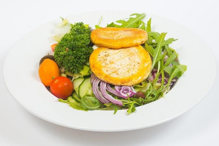 Grillezett camambert, friss salátakeverékkel