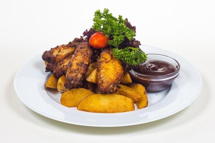 Rozsdás csirkeszárnyak fűszeres burgonyagerezdekkel 8 db