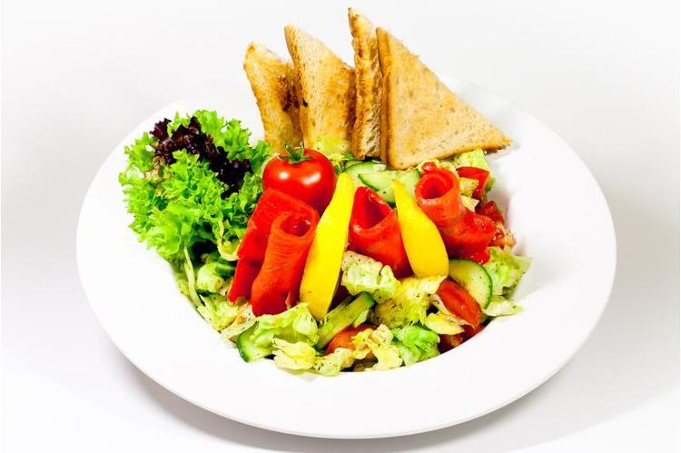 Lazac saláta (füstölt lazac, paradicsom, jégsaláta, kigyóuborka, pirítóssal ezersziget öntettel)