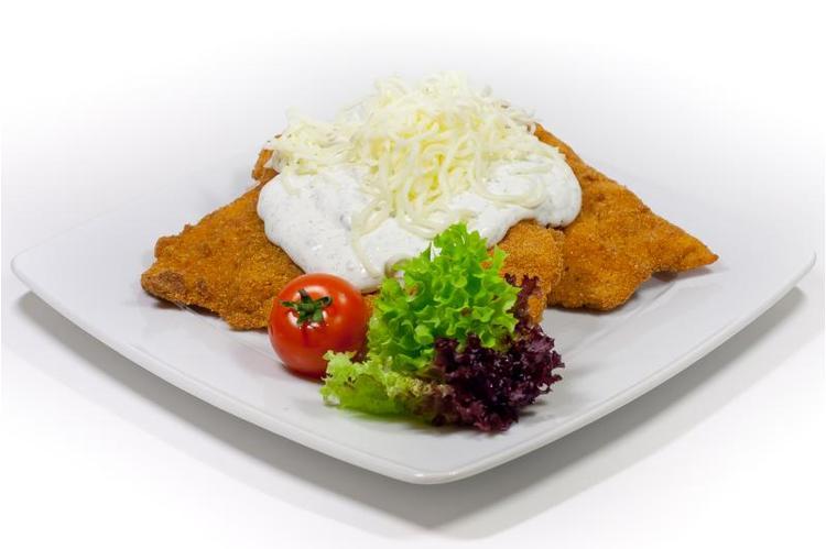 Zsemlemorzsában sült jércemell fokhagymás tejföllel,  mozzarella sajttal zöldséges bulgurral