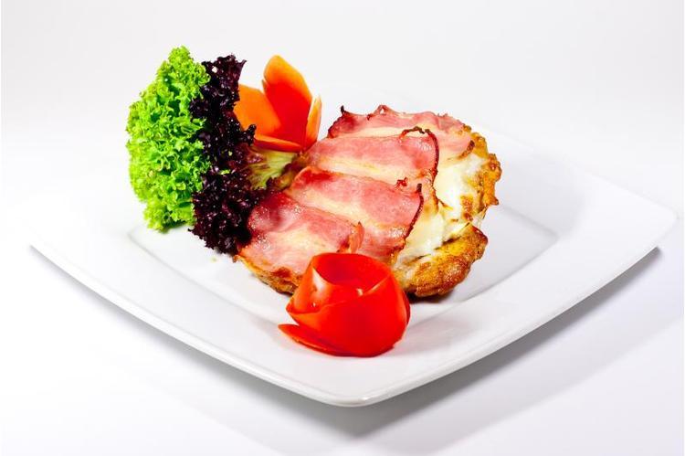 Kemencében sült csirkemellszelet, feta, mozzarella, bacon szeletekkel törtburgonyával