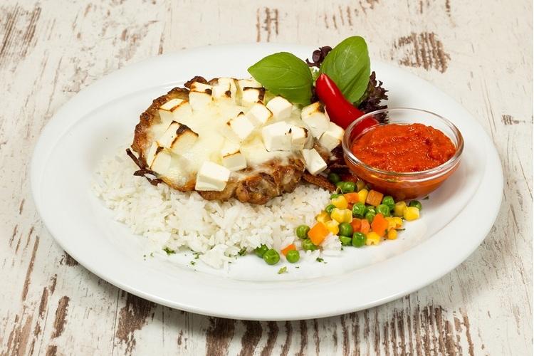 Görögös csirkecombfilé mozzarellával, feta sajttal kemencében, zöldséges rizzsel