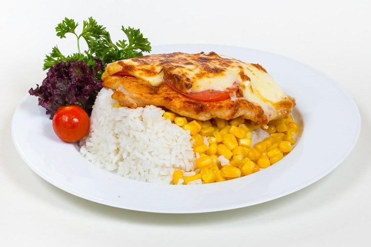 4 sajtos jércemell pesztóval, paradicsomszeletekkel kemencében kukoricás jázmin rizzsel