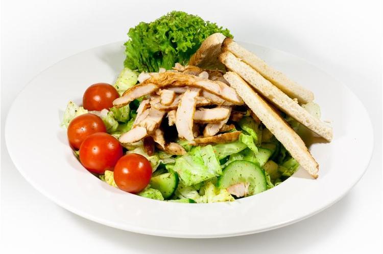 Friss kevert saláta csirkemellcsikokkal, pirított kenyérkockákkal joghurtos öntettel