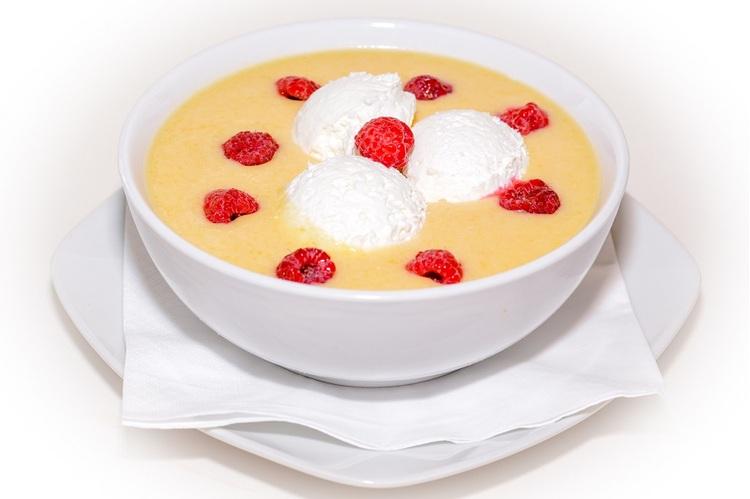 Sárgadinnyekrémleves málnadarabokkal, friss tejszínhabbal