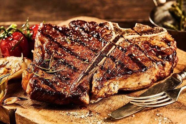 Grillezett T-bone steak  450 gr, házi steakburgonyával lyoni hagymával