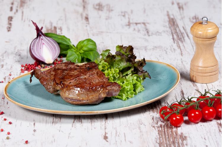 Érlelt Rib-eye steak grillezve 250 gr, mennyei petrezselymes burgonyával lyoni hagymával