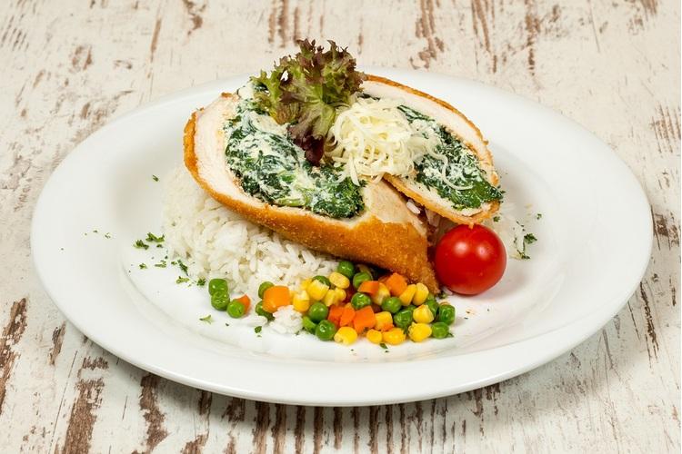 Ricottás-parajjal töltött csirkemell bécsi bundában zöldséges rizzsel