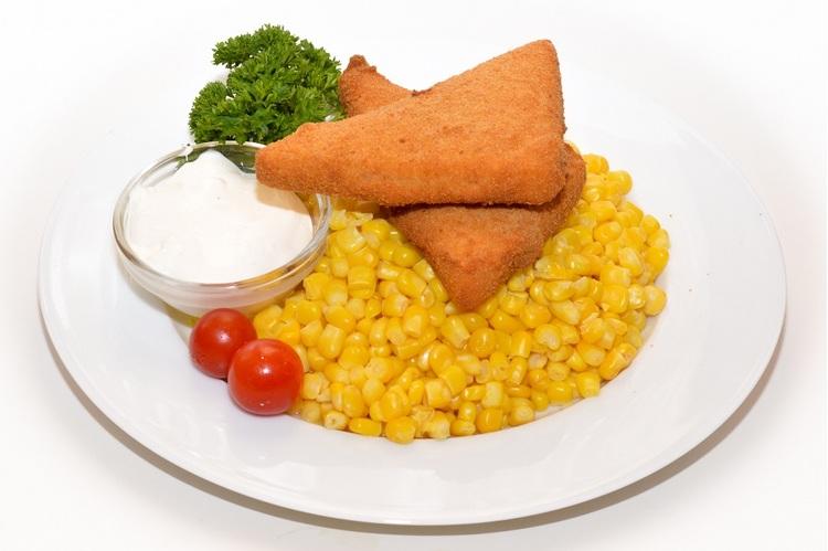 Zsemlemorzsában sült trappista, vajas kukoricával tartármártással
