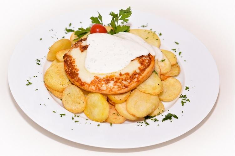 Grillezett füstölt mozzarella burgonyatalléron, fokhagymás tejföllel