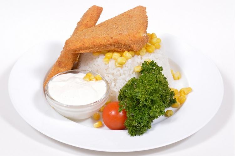 Zsemlemorzsában sült Gouda kukoricás rizzsel, tartármártással