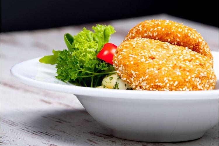 Magvas bundában sült mozzarella, petrezselymes burgonyával tartármártással