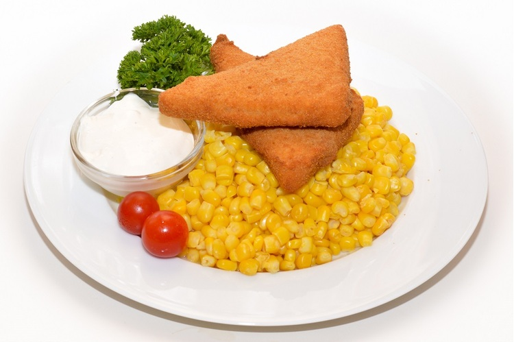 Maasdamer sajt bécsi bundában vajas kukoricával, tartármártással