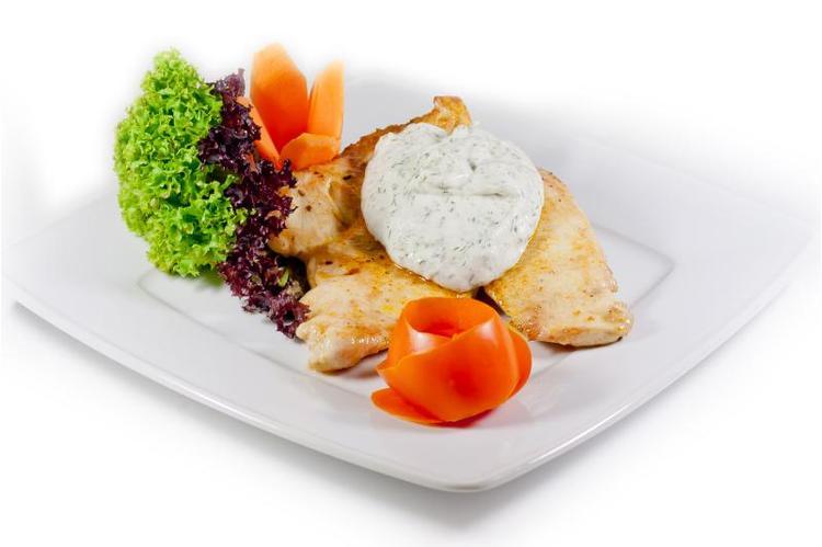 Fűszeres grill csirkemell zöldfűszeres sajtmártással rozmaringos burgonyagolyókkal