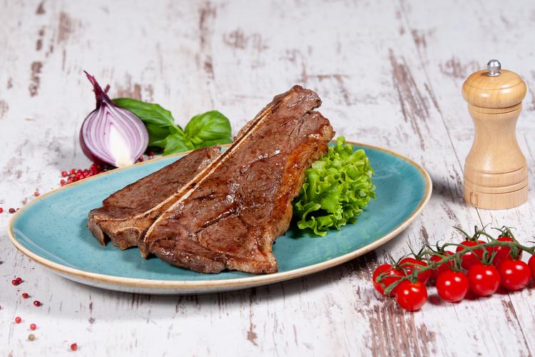 Grillezett T-bone steak 450 gr házi steakburgonyával lyoni hagymával