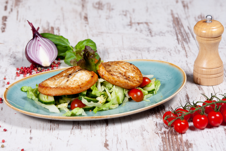Grillezett füstölt mozzarella, tavaszi salátával