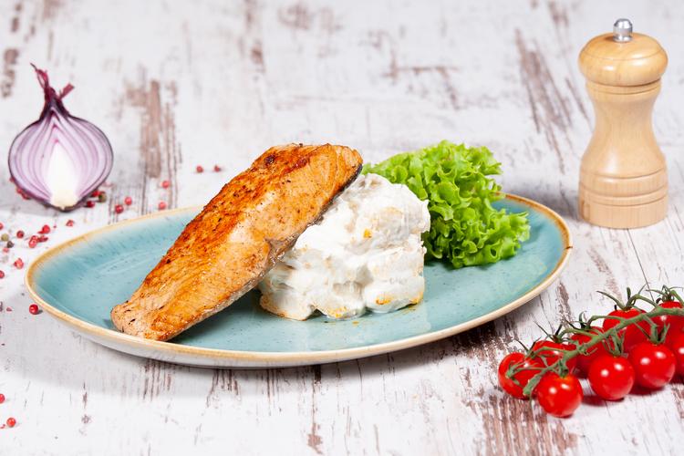 Fokhagymás petrezselyemben pácolt grill Lazac, 4 sajtos gnocchival