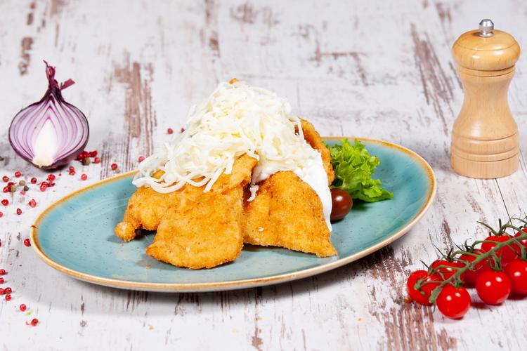 Pankó morzsában sült jércemell fokhagymás-tejföllel mozzarella sajttal, zöldséges jázmin rizzsel