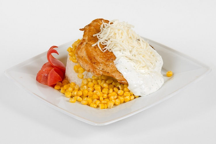 Grillezett csirkemellfilé fokhagymás-tejfőllel mozzarella sajttal, kukoricás jázmin rizzsel