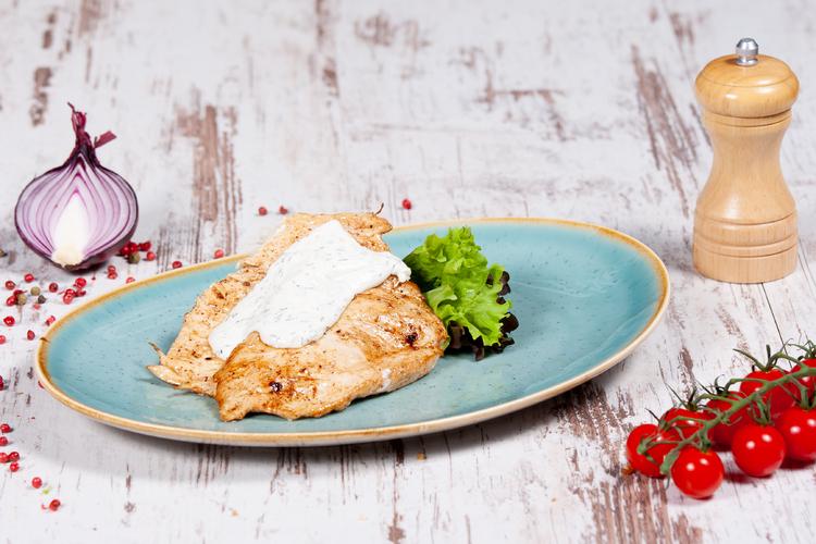 Grill csirkemell roquefort mártással, petrezselymes burgonyával