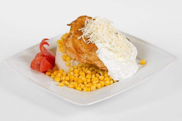 Grill csirkemell fokhagymás tejfellel mozzarella sajttal, kukoricás jázmin rizzsel