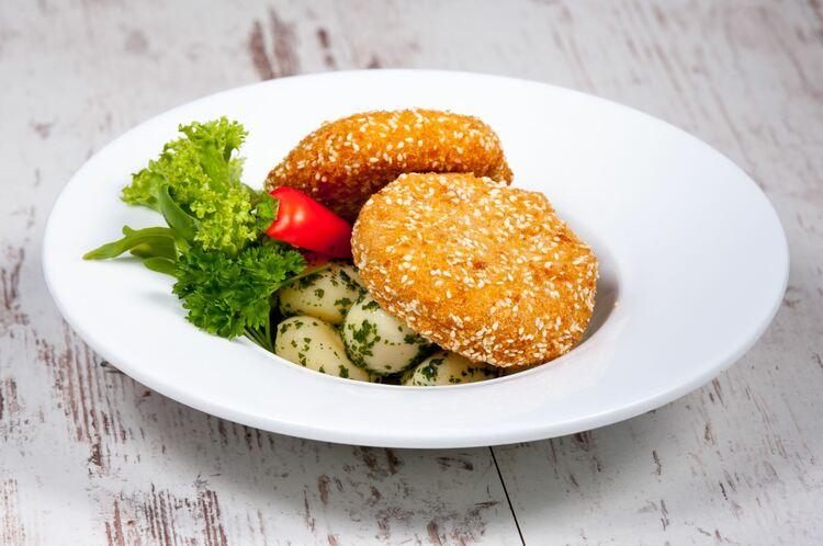 Magvas morzsában sült mozzarella zöldfűszeres burgonyával, tartármártással