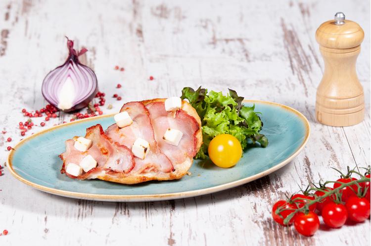 Kemencében sült csirkemellfilé rásütött feta, mozzarella, baconszeletekkel petrezselymes burgonyával