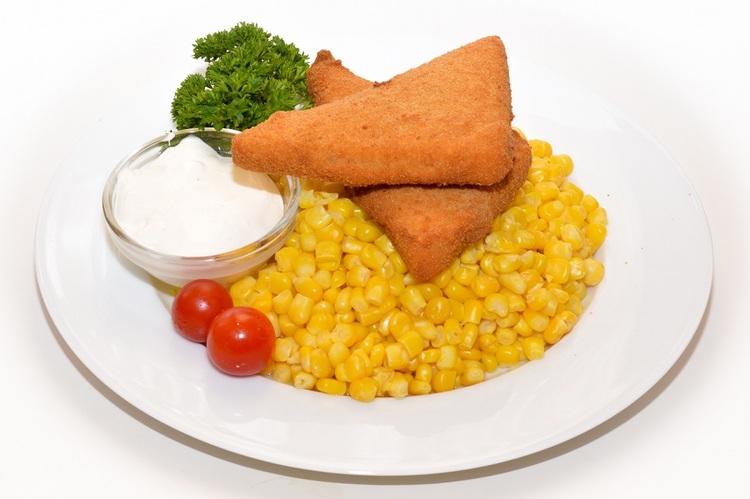 Zsemlemorzsában sült trappista vajas kukoricával, tartármártással